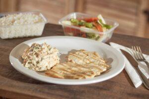 Filé de frango grelhado Filé de frango grelhado com arroz branco, feijão carioca e mix de legumes ou salada russa.    Fazer Pedido!